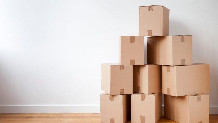 cartons de déménagement dans un salon