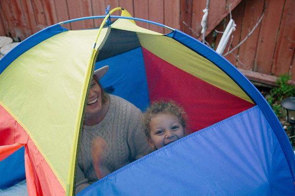 Planter une tente dans la jardin pour les enfants ?